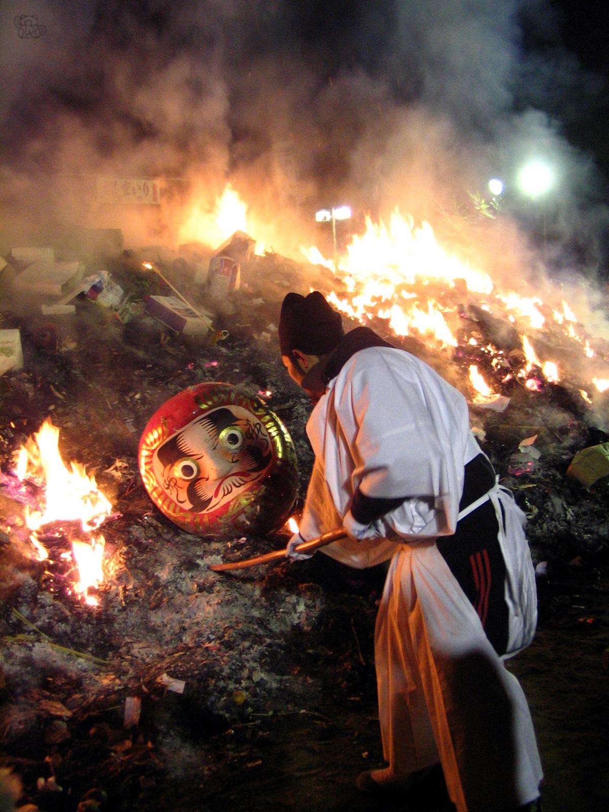 Darumat poltetaan temppelissä seremoniallisesti. Kuva: Flickr/washuugenius