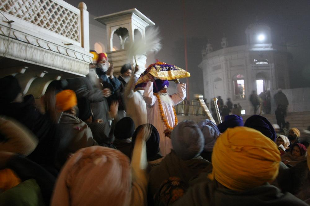 Sikhiläisyys. Pyhä kirja lähtee nukkumaan. © Flickr/Gurumustuk Singh