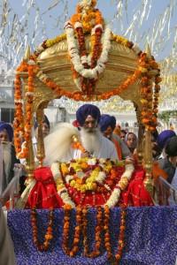 Sikhiläisyys. Guru Granth Sahib ajelulla kukin koristellun peitteen alla. Kuva: © Flickr/Gurumustuk Singh.