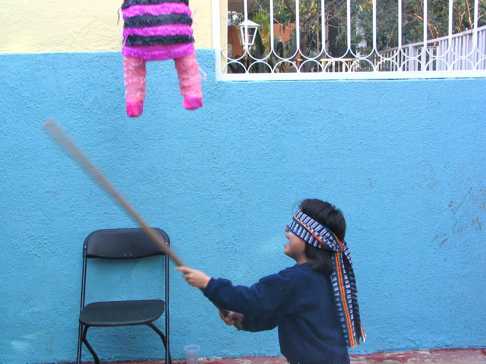 Pinjataa huidotaan kepillä. Kuva: Flickr/César Rincón.