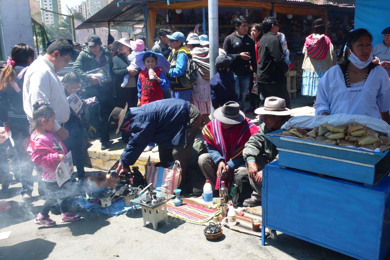 Alasitas-markkinoilla myydään esimerkiksi bolivialaisia lihapiirakoita (salteñas).