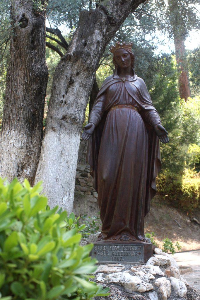 Neitsyt Marian patsas talolle johtavan tien varrella.