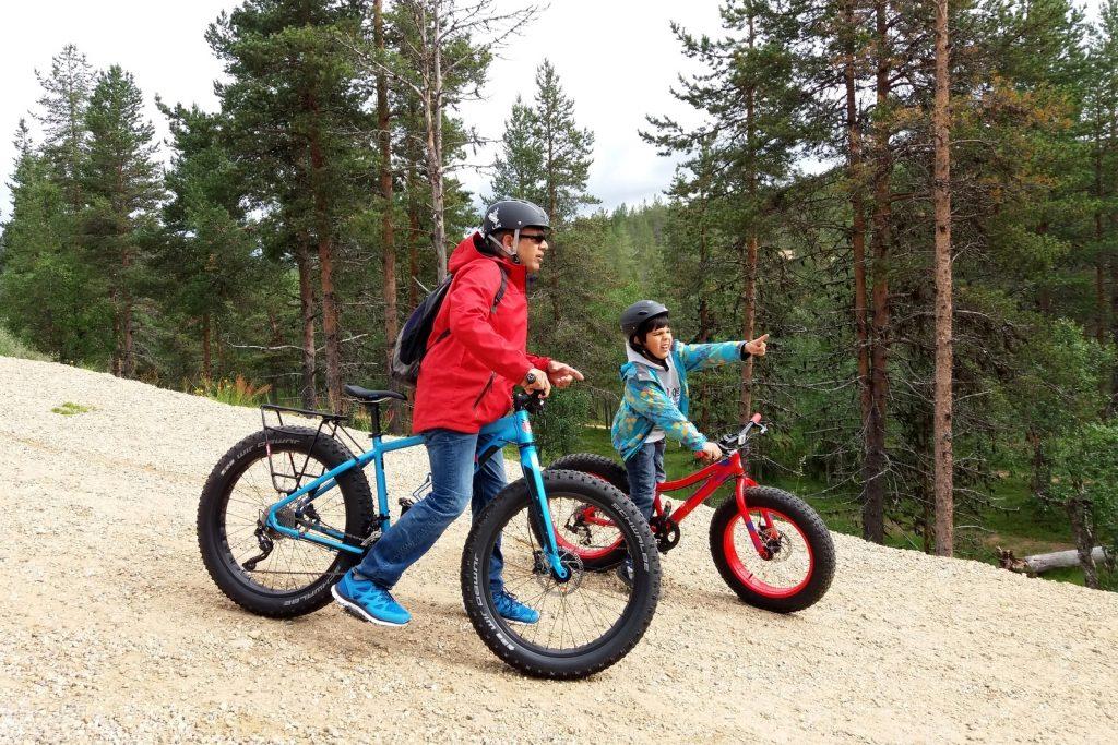 Saariselkä ja Inari. Alpo, 8, kokeili Saariselällä isänsä kanssa ensimmäistä kertaa fatbikea. Vahva suositus!