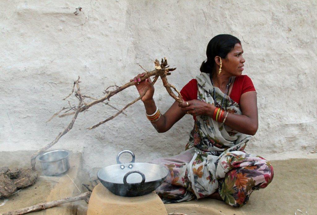 Temppelin varjossa - valokuvia Intiasta. Kastittomien kylässä. Kuva © Päivi Arvonen.