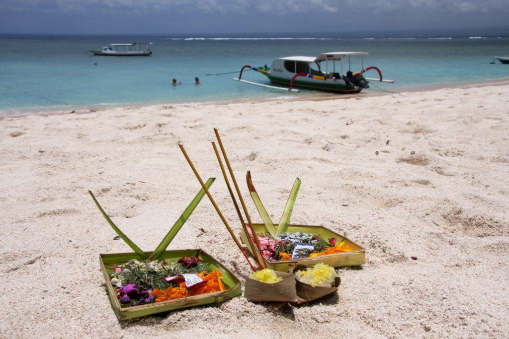 Suitsukkeet palavat myös uimarannalla Nusa Lembonganilla.