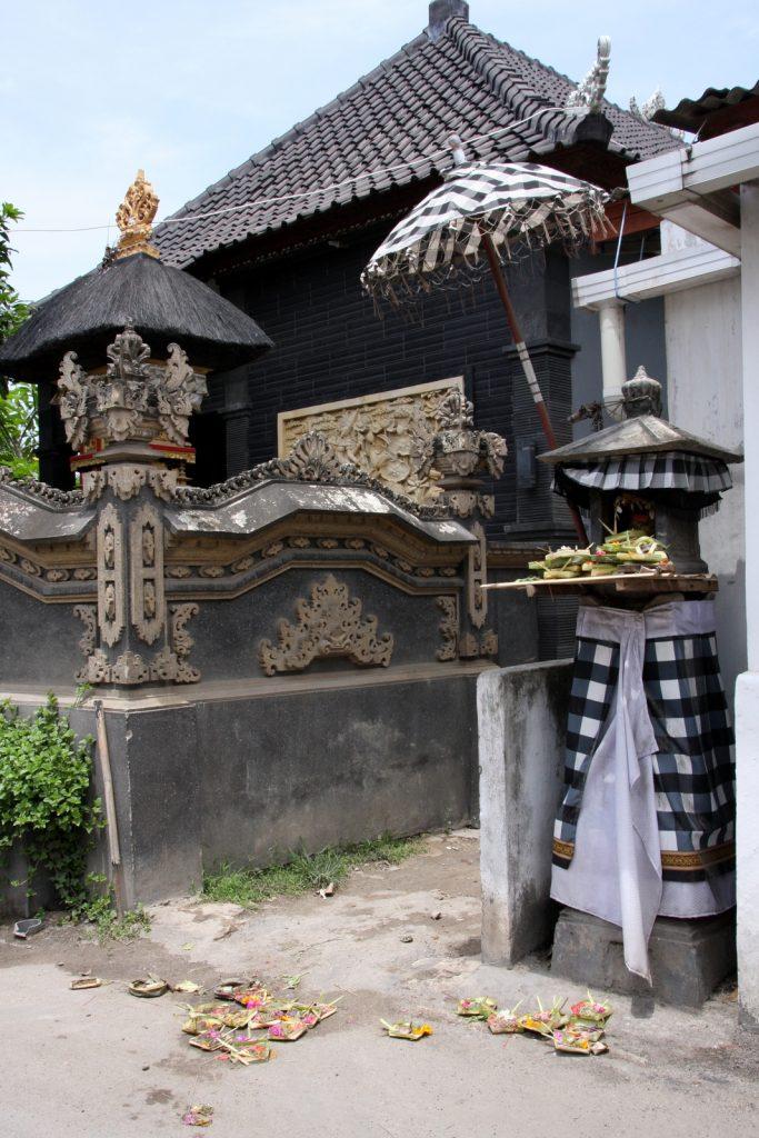Canang sareja kodin edustalla - sekä kotialttarilla että maassa.
