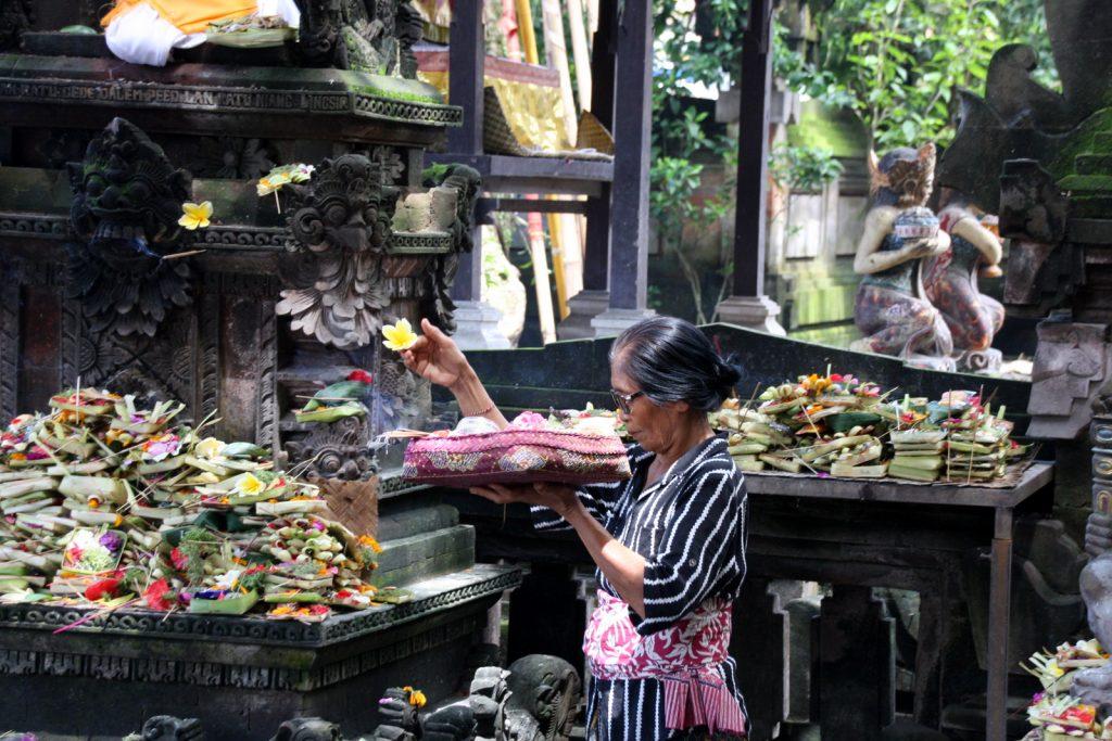 Ubudin keskustassa sijaitsevassa temppelissä käy päivittäin paljon ihmisiä koreineen.