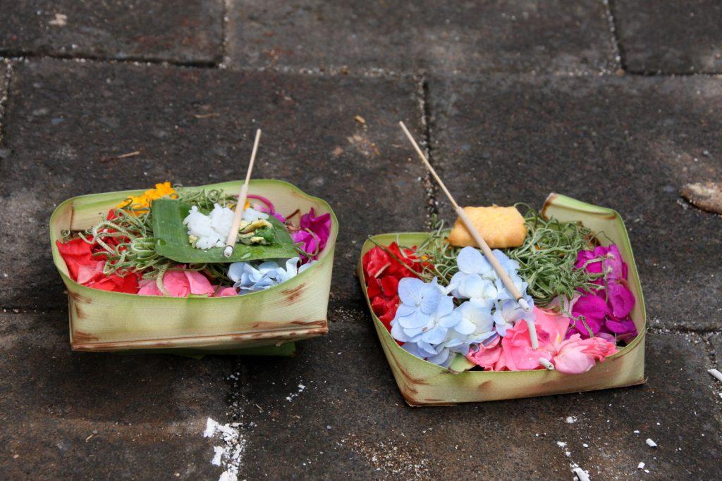 Balin hindulaisuus. Älä tallaa! Canang sari -koreja löytyy usein kadulta.