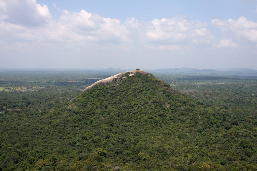 Sigiriya. Leijonakalliolta on näkymä läheiselle Pidurangala-kalliolle, johon myös voi kiivetä.