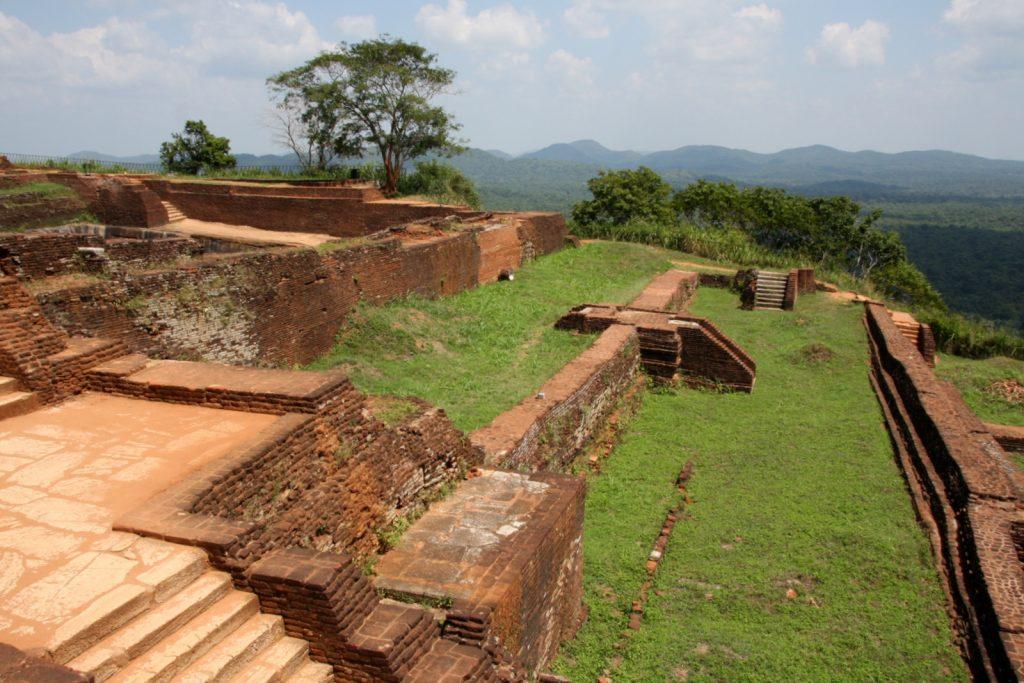 Sigiriya - vasemmalla palatsin raunioita.