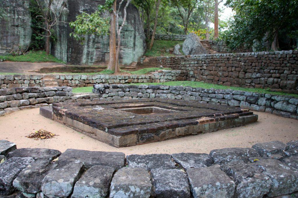 Sigiriya. Myös maan tasolla on paljon nähtävää: koko alue on täynnä erilaisia raunioita.