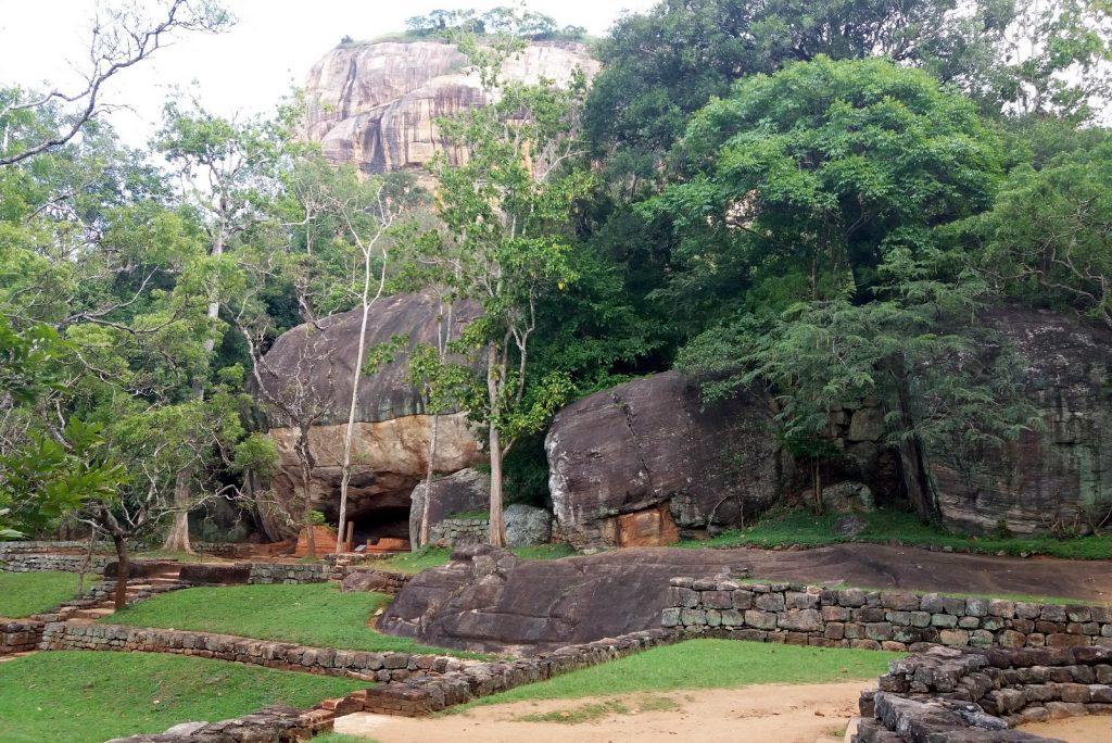 Sigiriya. Leijonakallion edustalla on erikoisia kivimuodostelmia ja luolia, joita on käytetty meditointiin. Niitäkin kannattaa käydä tutkimassa!