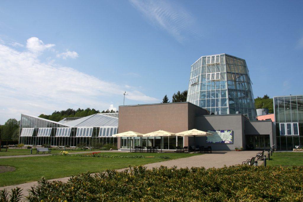 Tallinnan kasvitieteellinen puutarha: kasvihuone ulkoa.