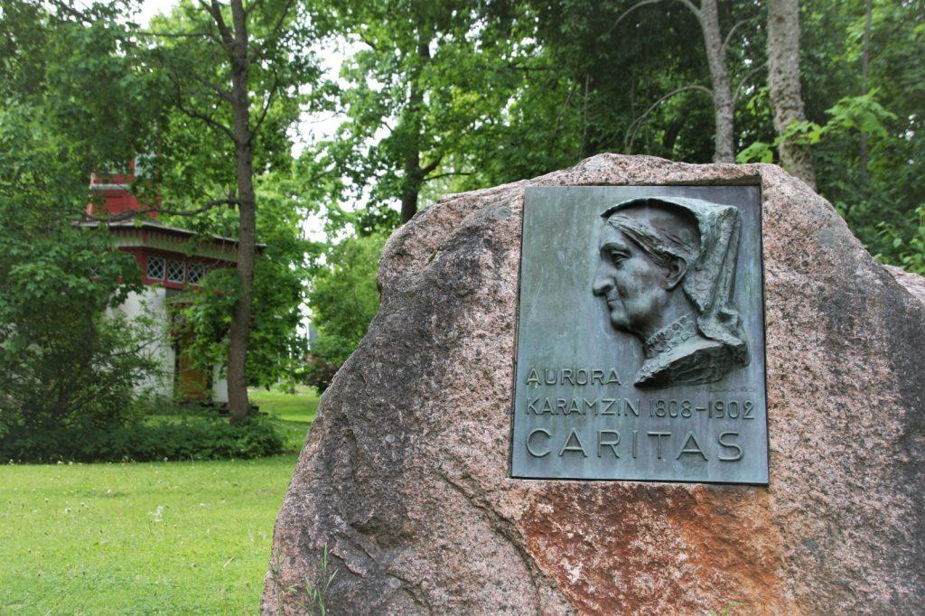 Aurora Karamzinin muistolaatta